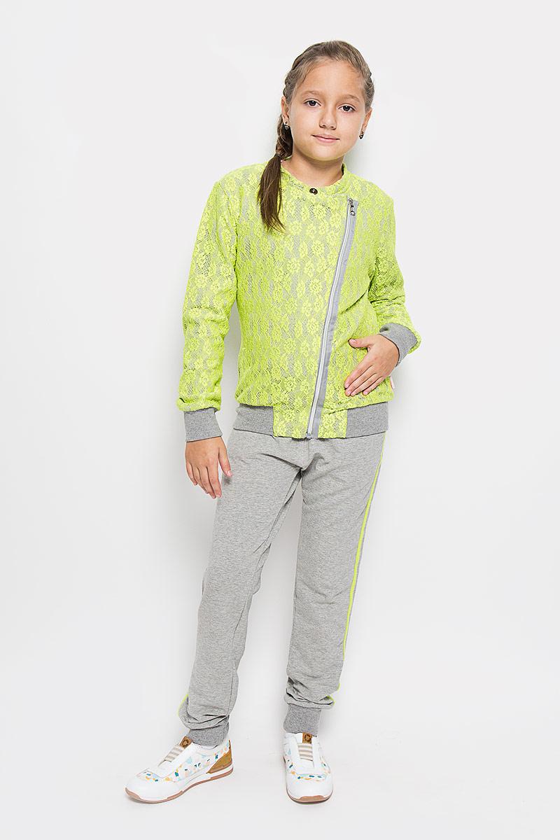 Спортивный костюм205872Спортивный костюм для девочки Luminoso, состоящий из толстовки и брюк, идеально подойдет для занятий спортом и станет отличным дополнением к детскому гардеробу. Изготовленный из эластичного хлопка, он необычайно мягкий и приятный на ощупь, не сковывает движения и позволяет коже дышать, не раздражает даже самую нежную и чувствительную кожу ребенка, обеспечивая ему наибольший комфорт. Толстовка с воротником-стойкой и длинными рукавами спереди застегивается на ассиметричную застежку-молнию и дополнительно на кнопку. Манжеты и низ изделия дополнены широкой эластичной резинкой, препятствующей проникновению холодного воздуха. Верхний слой толстовки выполнен из яркого ажурного гипюра. Спортивные брюки на поясе имеют широкую эластичную резинку со шнурком, благодаря чему они не сдавливают животик и не сползают. Манжеты изделия выполнены из широкой эластичной резинки. Модель оформлена яркими лампасами. Брюки спереди имеют два втачных кармана и имитацию ширинки. Карманы оформлены...