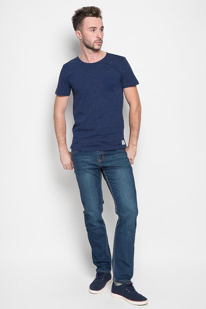 1035699.00.12_6814Стильная мужская футболка Tom Tailor Denim выполнена из хлопка с добавлением полиэстера. Материал очень мягкий и приятный на ощупь, обладает высокой воздухопроницаемостью и гигроскопичностью, позволяет коже дышать. Модель с круглым вырезом горловины и короткими рукавами дополнена на груди накладным карманом. Футболка оформлена фактурным принтом «в крапинку», снизу брендовой нашивкой, а сзади вышивкой логотипа бренда. Такая модель подарит вам комфорт в течение всего дня и послужит замечательным дополнением к вашему гардеробу.