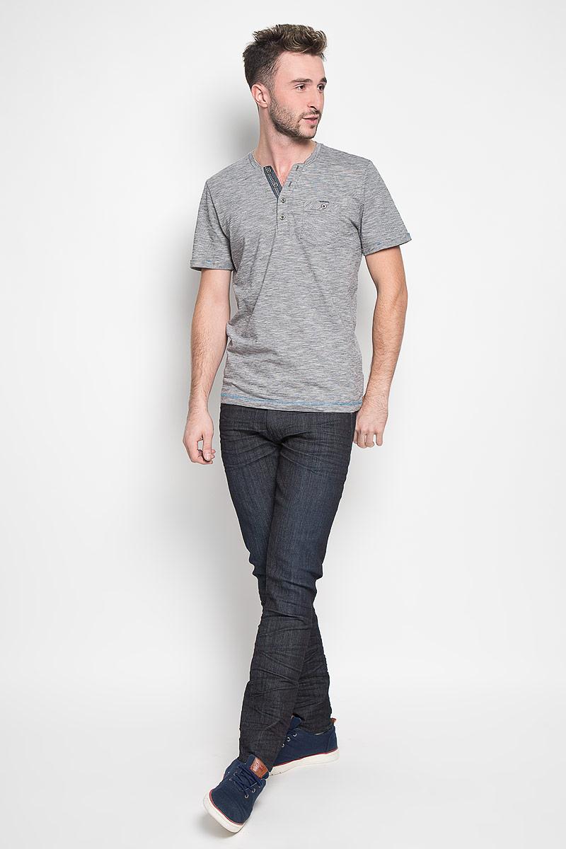 1035600.00.10_2983Стильная мужская футболка Tom Tailor выполнена из натурального хлопка. Материал очень мягкий и приятный на ощупь, обладает высокой воздухопроницаемостью и гигроскопичностью, позволяет коже дышать. Модель с V-образным вырезом горловины на груди застегивается на пуговицы. Низ рукавов дополнен декоративными отворотами. Спереди футболка оформлена накладным карманом на пуговице. Такая модель подарит вам комфорт в течение всего дня и послужит замечательным дополнением к вашему гардеробу.