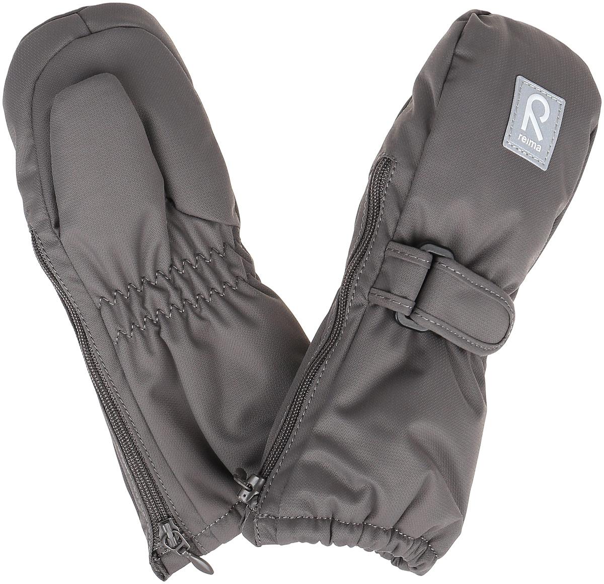 Варежки детские517135-4620Детские варежки Reima Tassu, изготовленные из мембранной ткани с водо- и ветрозащитным покрытием, станут идеальным вариантом, для холодной зимней погоды. Уникальный дышащий материал с безопасным и простым в уходе покрытием и теплая подкладка из синтепона надежно сохранят тепло и не дадут ручкам вашего малыша замерзнуть. Варежки дополнены регулируемыми хлястиками на липучках с пластиковой пряжкой, а также застежками- молниями по бокам, которые позволяют легко надевать и снимать варежки. Манжеты дополнены эластичными резинками. С внешней стороны варежки оформлены светоотражающими нашивками. Средняя степень утепления. Идеально при температурах от 0°С до -20°С.