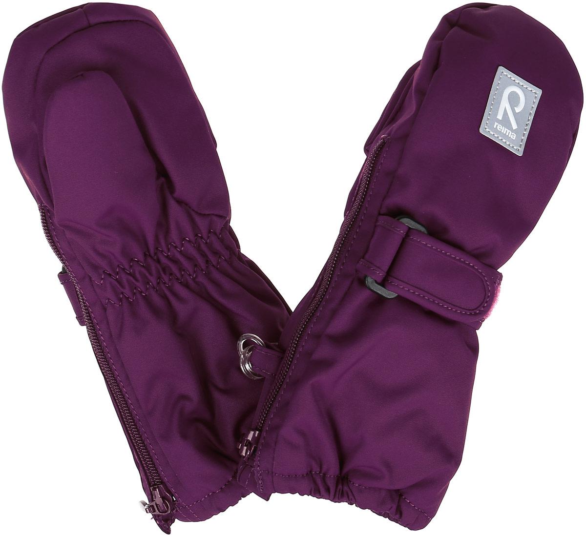 517135-4620Детские варежки Reima Tassu, изготовленные из мембранной ткани с водо- и ветрозащитным покрытием, станут идеальным вариантом, для холодной зимней погоды. Уникальный дышащий материал с безопасным и простым в уходе покрытием и теплая подкладка из синтепона надежно сохранят тепло и не дадут ручкам вашего малыша замерзнуть. Варежки дополнены регулируемыми хлястиками на липучках с пластиковой пряжкой, а также застежками- молниями по бокам, которые позволяют легко надевать и снимать варежки. Манжеты дополнены эластичными резинками. С внешней стороны варежки оформлены светоотражающими нашивками. Средняя степень утепления. Идеально при температурах от 0°С до -20°С.