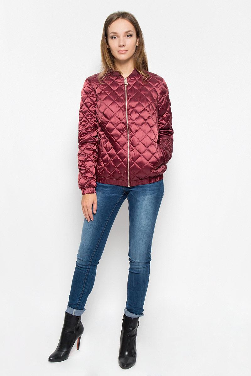 A16-170020_303Стеганая женская куртка Finn Flare выполнена из высококачественного материала с утеплителем из 100% пуха. Модель с длинными рукавами и воротником-стойкой застегивается на молнию по всей длине. Манжеты и низ изделия дополнены эластичными резинками. Куртка дополнена двумя втачными карманами на кнопках. Модная фактура ткани, отличное качество, великолепный дизайн.