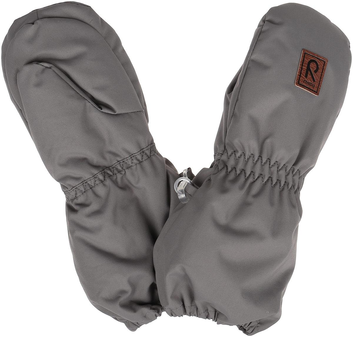 Варежки детские517124_2840Детские варежки Reima Huiske, изготовленные из мембранной ткани с водо- и ветрозащитным покрытием, станут идеальным вариантом для холодной погоды. Теплая мягкая подкладка выполнена из полиэстера и шерсти с добавлением акрила и полиамида. В качестве утеплителя используется полиэстер, который хорошо удерживает тепло. Ветронепроницаемый, но дышащий материал вместе с утеплителем и теплой подкладкой из шерсти позволяет держать пальчики в тепле, не давая им вспотеть. Край варежек и запястья присборены на эластичные резинки, препятствующие попаданию снега. Внешняя сторона модели оформлена небольшой декоративной нашивкой с названием бренда. Высокая степень утепления. Идеально при температурах от -10°С до -30°С.
