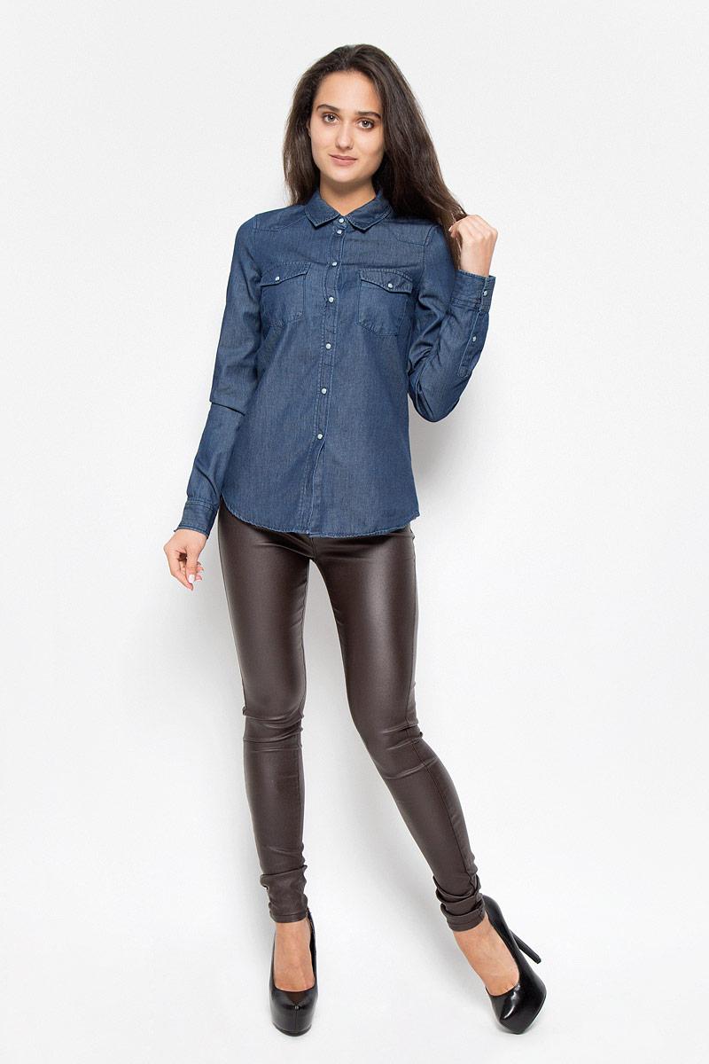 Рубашка10160209_Dark Blue DenimСтильная рубашка Vero Moda с длинными рукавами и отложным воротником застегивается на кнопки по всей длине. Модель дополнена на груди двумя накладными карманами с клапанами на кнопках. Рукава дополнены манжетами с кнопками. Изделие, выполненное из хлопка, обладает высокой теплопроводностью, воздухопроницаемостью и гигроскопичностью, позволяет коже дышать, тем самым обеспечивая наибольший комфорт при носке даже самым жарким летом. Такая рубашка будет дарить вам комфорт в течение всего дня и послужит замечательным дополнением к вашему гардеробу.