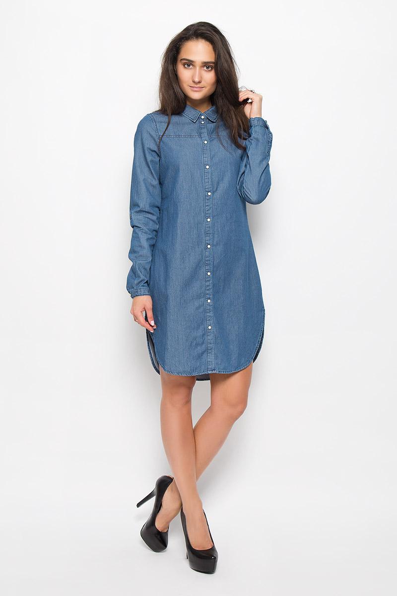 Платье10161824_Medium Blue DenimЭлегантное платье Vero Moda выполнено из натурального хлопка. Такое платье обеспечит вам комфорт и удобство при носке и непременно вызовет восхищение у окружающих. Модель средней длины с длинными рукавами и отложным воротником, стилизованная под рубашку, выгодно подчеркнет все достоинства вашей фигуры. Платье застегивается на кнопки спереди, манжеты рукавов также дополнены кнопками. Рукава дополнены хлястиками с кнопками, которые позволят вам отрегулировать длину рукава. Изысканное платье-миди создаст обворожительный и неповторимый образ. Это модное и комфортное платье станет превосходным дополнением к вашему гардеробу, оно подарит вам удобство и поможет подчеркнуть ваш вкус и неповторимый стиль.