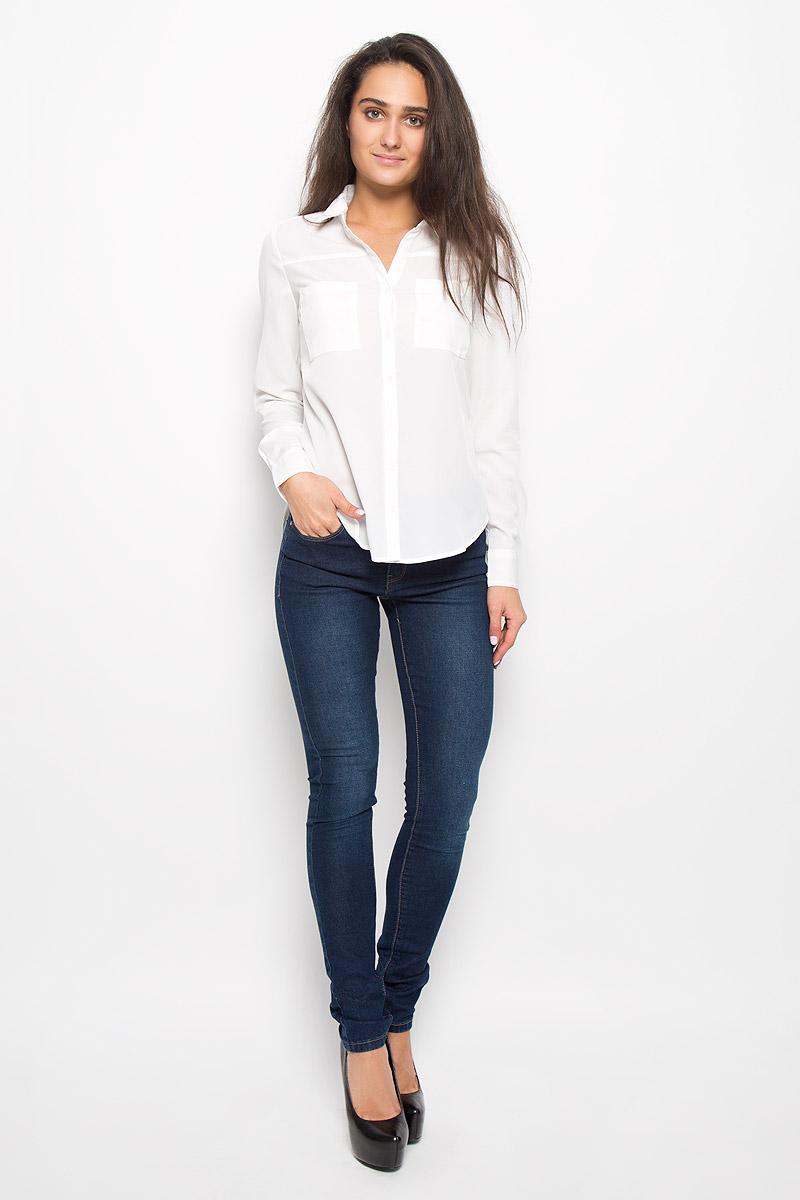 БлузкаB-112/1137-6342Очаровательная женская блузка Sela Casual, выполненная из полиэстера, подчеркнет ваш уникальный стиль и поможет создать оригинальный женственный образ. Блузка с отложным воротником и длинными рукавами застегивается на пуговицы. На манжетах предусмотрены застежки-пуговицы. Модель дополнена спереди двумя накладными карманами. Спинка немного удлинена. Рукава подворачиваются и фиксируются на хлястик с пуговицей. Такая блузка послужит замечательным дополнением к вашему гардеробу.