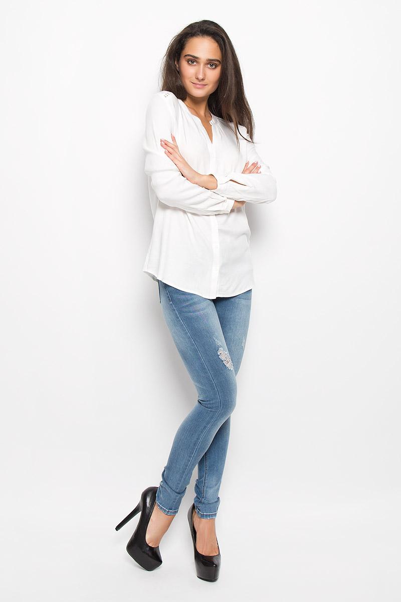 БлузкаB-112/120-6373Очаровательная женская блуза Sela Casual, выполненная из вискозы, подчеркнет ваш уникальный стиль и поможет создать оригинальный женственный образ. Блузка свободного кроя с круглым вырезом горловины и длинными рукавами застегивается на пуговицы. На манжетах предусмотрены застежки-пуговицы. На плечах и на спинке модель дополнена вставками из кружева. Такая блузка послужит замечательным дополнением к вашему гардеробу.