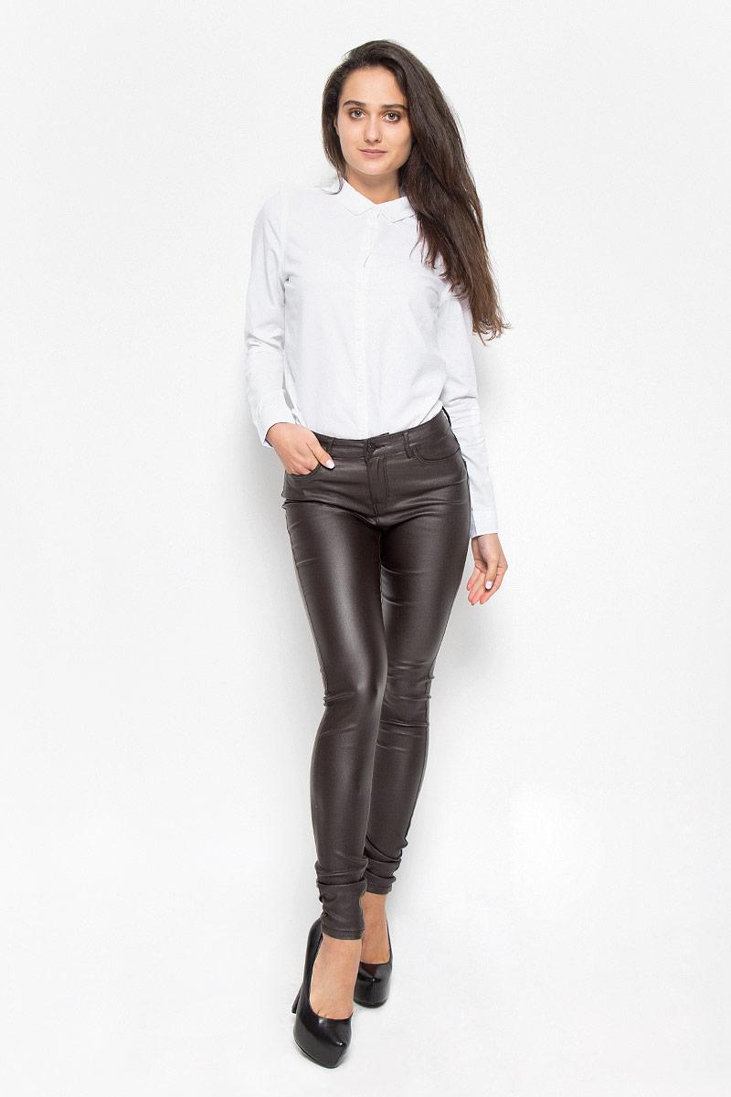 Брюки10160210_Black CoffeeСтильные женские брюки Vero Moda Seven, изготовленные из качественного материала, созданы для модных и ярких девушек. Модель средней посадки и зауженного кроя с ширинкой и с пуговицей в поясе. Брюки дополнены двумя втачными карманами и скрытым кармашком спереди и двумя накладными карманами сзади. На поясе имеются шлевки для ремня. В этих модных брюках вы будете чувствовать себя уверенно, оставаясь в центре внимания.