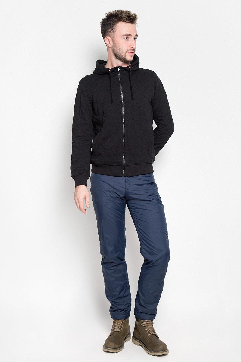 Брюки утепленныеA16-22017_101Стильные утепленные мужские брюки Finn Flare великолепно подойдут для повседневной носки в прохладное время года и помогут вам создать незабываемый современный образ. Модель прямого кроя и стандартной посадки изготовлены из прочного нейлона и имеет подкладку из полиэстера, благодаря чему надежно защищает от ветра и влаги, а теплый наполнитель из синтепона не даст вам замерзнуть. Брюки застегиваются на ширинку на застежке-молнии, а также пуговицу в поясе. На поясе расположены шлевки для ремня. Модель оформлена двумя открытыми втачными карманами и двумя втачными карманами на кнопках сзади. Эти модные и в то же время удобные утепленные брюки станут великолепным дополнением к вашему гардеробу. В них вы всегда будете чувствовать себя уверенно и комфортно.