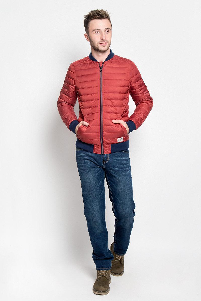 Куртка3532956.00.12_4681Стильная мужская куртка Tom Tailor Denim выполнена из полиэстера на подкладки из 100% полиэстера и рассчитана на прохладную погоду. Куртка поможет вам почувствовать себя максимально комфортно и стильно. Модель с длинными рукавами и воротником-стойкой застегивается на застежку-молнию. Воротник выполнен из трикотажной резинки. Низ рукавов и низ модели обработаны широкой эластичной манжетой. Куртка дополнена двумя прорезными карманами на кнопке. Модный дизайн и практичность - отличный выбор на каждый день!