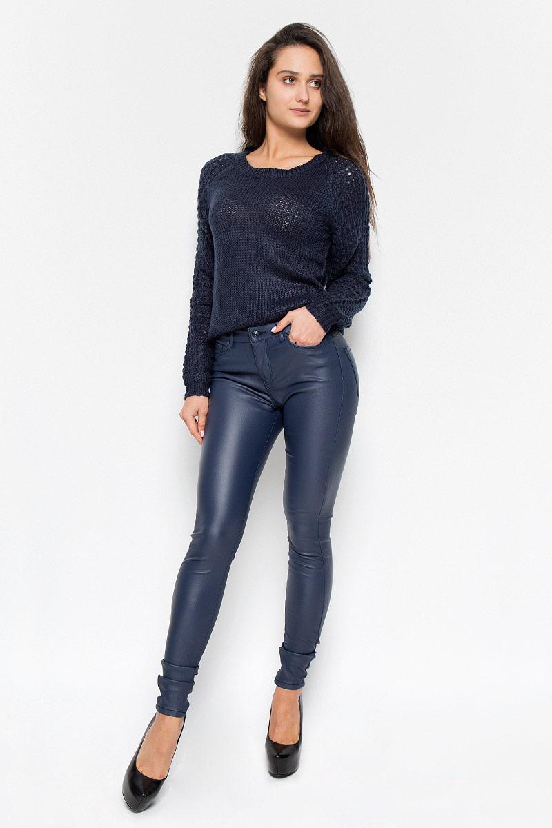 10160210_Black CoffeeСтильные женские брюки Vero Moda Seven, изготовленные из качественного материала, созданы для модных и ярких девушек. Модель средней посадки и зауженного кроя с ширинкой и с пуговицей в поясе. Брюки дополнены двумя втачными карманами и скрытым кармашком спереди и двумя накладными карманами сзади. На поясе имеются шлевки для ремня. В этих модных брюках вы будете чувствовать себя уверенно, оставаясь в центре внимания.