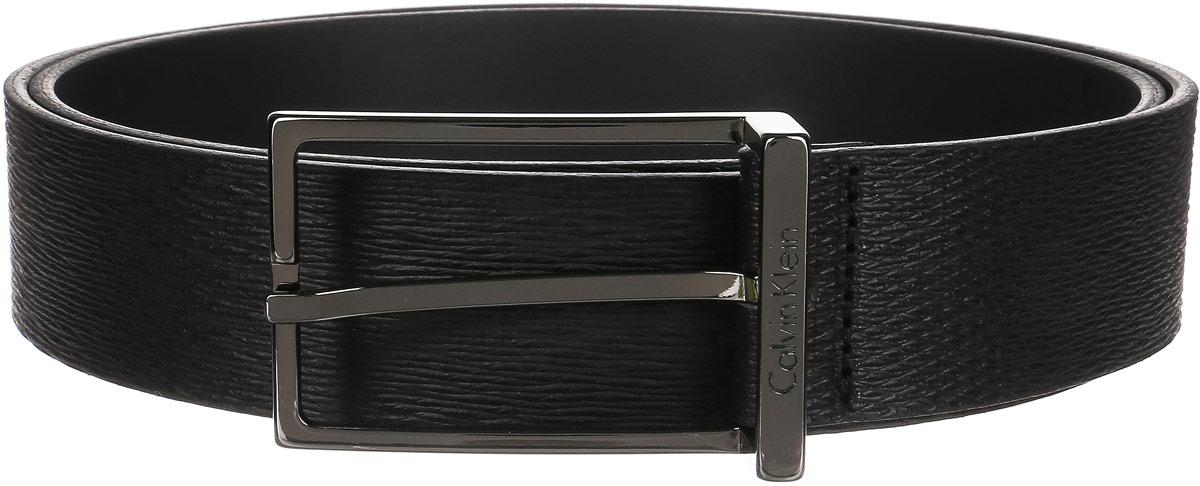 РеменьJ30J300603_0990Стильный мужской ремень Calvin Klein не оставит вас равнодушным благодаря своему дизайну и качеству. Широкий ремень изготовлен из натуральной фактурной кожи и дополнен прямоугольной металлической пряжкой, которая оформлена гравированной надписью с названием бренда. Изделие упаковано в фирменную плотную коробку. Такой ремень станет идеальным дополнением к любому образу и позволит вам подчеркнуть свой безупречный вкус.