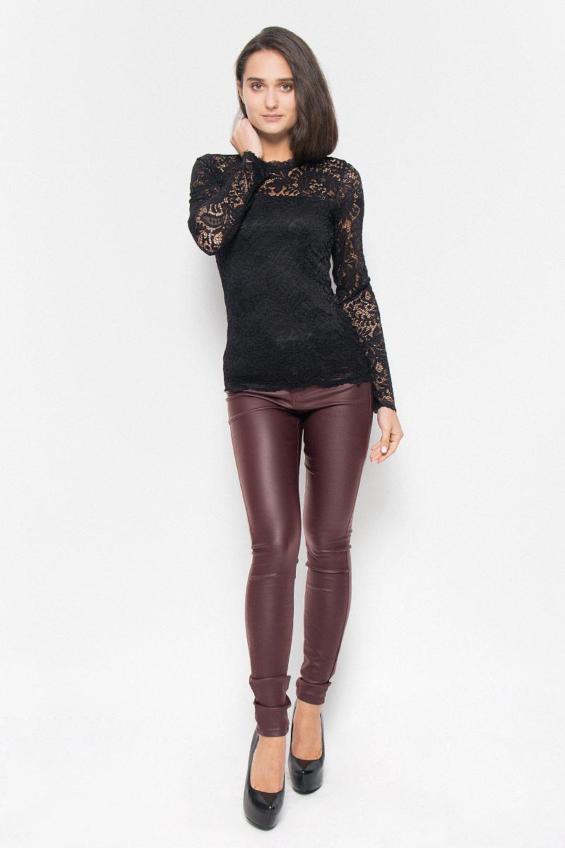 10160868_BlackСтильная женская блузка Vero Moda, выполненная из полупрозрачного эластичного материала с подкладной из 100% полиэстера, подчеркнет ваш уникальный стиль и поможет создать оригинальный женственный образ. Блузка приталенного кроя с длинными рукавами и круглым вырезом горловины на спинке застегивается на пуговицу. Такая блузка будет дарить вам комфорт в течение всего дня и послужит замечательным дополнением к вашему гардеробу.