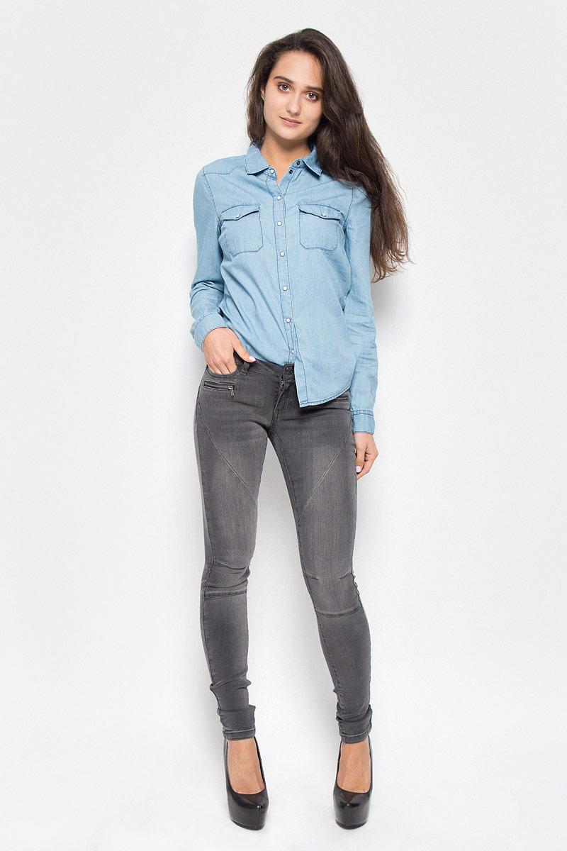 10160733_Dark Grey DenimСтильные женские джинсы Vero Moda Noisy May Eve, изготовленные из качественного материала, созданы для модных и ярких девушек. Модель низкой посадки и зауженного кроя с ширинкой на молнии дополнительно застегивается на пуговицу. Брюки дополнены двумя втачными карманами и секретным кармашком спереди и двумя накладными карманами сзади, а также джинсы оформлены имитацией врезных карманов на молниях. На поясе имеются шлевки для ремня. Спереди модель оформлена декоративными швами и легким эффектом потертости. В этих модных брюках вы будете чувствовать себя уверенно, оставаясь в центре внимания.