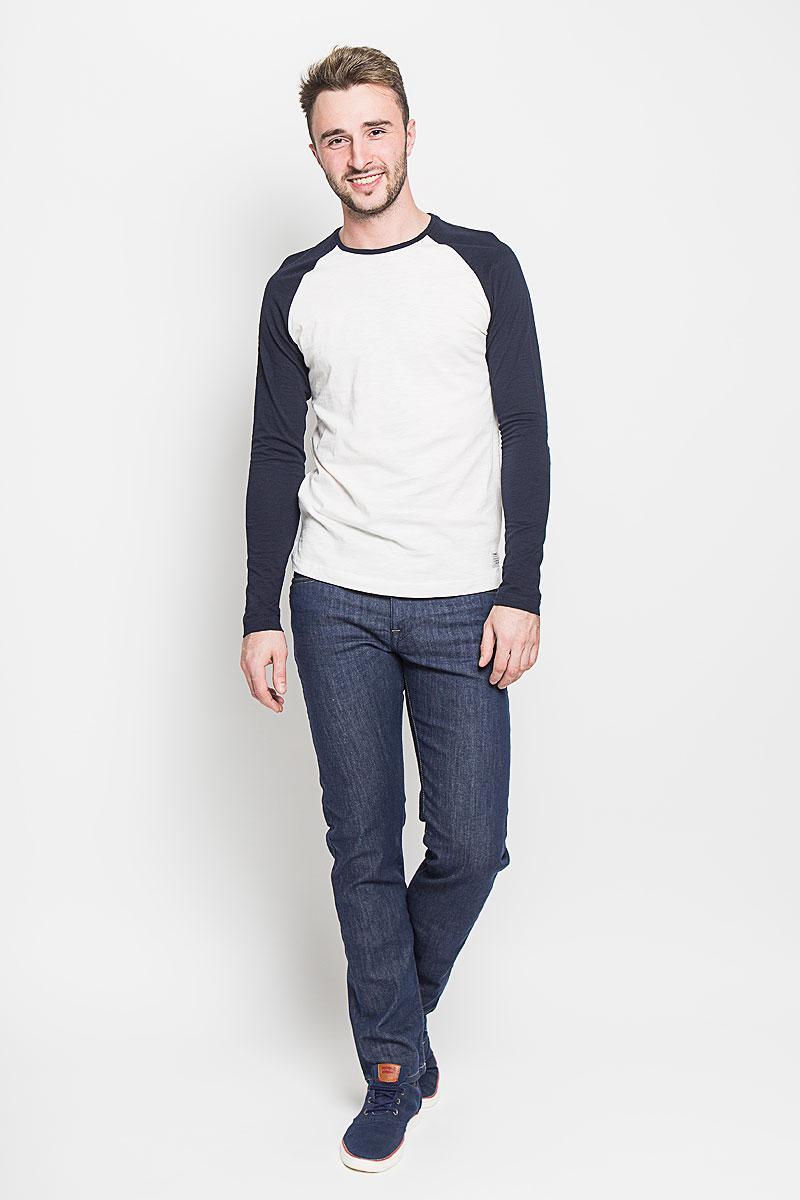 Джинсы16052928_Medium Blue DenimМодные мужские джинсы Selected Homme - это джинсы высочайшего качества, которые прекрасно сидят. Они выполнены из высококачественного эластичного хлопка с добавлением полиэстера, что обеспечивает комфорт и удобство при носке. Джинсы прямого кроя и средней посадки станут отличным дополнением к вашему современному образу. Джинсы застегиваются на пуговицу в поясе и ширинку на молнии, дополнены шлевками для ремня. Джинсы имеют классический пятикарманный крой: спереди модель дополнена двумя втачными карманами и одним маленьким накладным кармашком, а сзади - двумя накладными карманами. Эти модные и в то же время комфортные джинсы послужат отличным дополнением к вашему гардеробу.