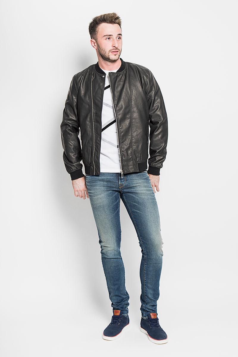 Куртка22004373_BlackУдобная мужская куртка Only & Sons согреет вас в прохладную погоду. Модель с длинными рукавами и круглым вырезом горловины застегивается на асимметричную застежку-молнию. Куртка выполнена из искусственной кожи и имеет оригинальную кожаную текстуру. Куртка дополнена двумя втачными карманами на кнопках спереди. Низ изделия, манжеты и горловина дополнены трикотажной резинкой. Такая куртка будет дарить вам комфорт в течение всего дня и послужит замечательным дополнением к вашему гардеробу.