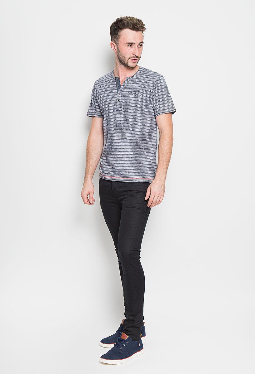 Футболка1035600.00.10_2983Стильная мужская футболка Tom Tailor выполнена из натурального хлопка. Материал очень мягкий и приятный на ощупь, обладает высокой воздухопроницаемостью и гигроскопичностью, позволяет коже дышать. Модель с V-образным вырезом горловины на груди застегивается на пуговицы. Низ рукавов дополнен декоративными отворотами. Спереди футболка оформлена накладным карманом на пуговице. Такая модель подарит вам комфорт в течение всего дня и послужит замечательным дополнением к вашему гардеробу.