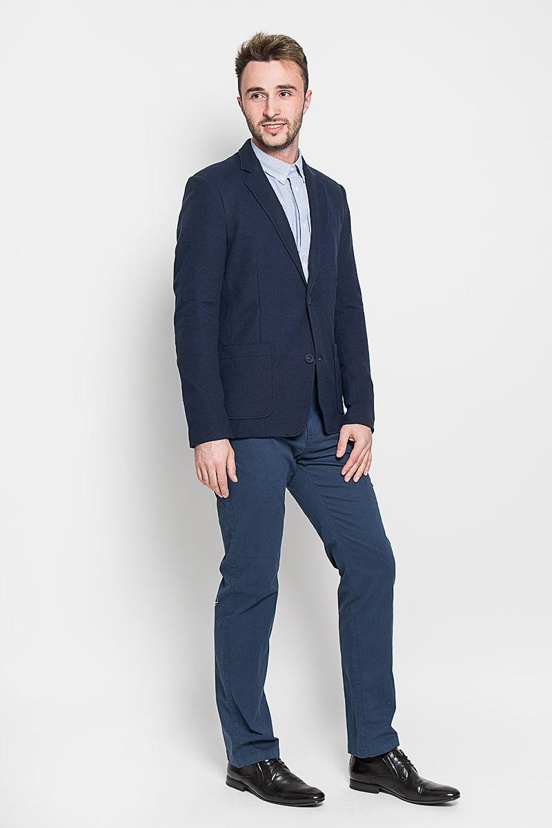 ПиджакA16-42009_101Стильный мужской пиджак Finn Flare изготовлен из высококачественного материала, обеспечивающего комфорт и удобство при носке. Подкладка изделия выполнена из 100% полиэстера. Пиджак с длинными рукавами и отложным воротником с лацканами застегивается на три пуговицы. Модель оснащена двумя накладными карманами спереди, один из карманов дополнен небольшой металлической пластиной с названием бренда. Внутри расположен один потайной- прорезной карман. На спинке предусмотрена шлица, расположенная в среднем шве. Низ рукавов декорирован пуговицами. Этот модный пиджак станет отличным дополнением к вашему гардеробу!