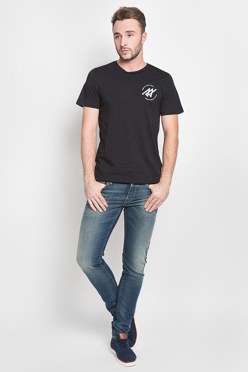 12108908_BlackСтильная мужская футболка Jack & Jones, выполненная из натурального хлопка, обладает высокой теплопроводностью, воздухопроницаемостью и гигроскопичностью. Она необычайно мягкая и приятная на ощупь, не сковывает движения и превосходно пропускает воздух. Такая футболка превосходно подойдет как для занятий спортом, так и для повседневной носки. Модель с короткими рукавами и круглым вырезом горловины - идеальный вариант для создания модного современного образа. Футболка оформлена контрастными принтом с логотипом производителя. Эта модель подарит вам комфорт в течение всего дня и послужит замечательным дополнением к вашему гардеробу.