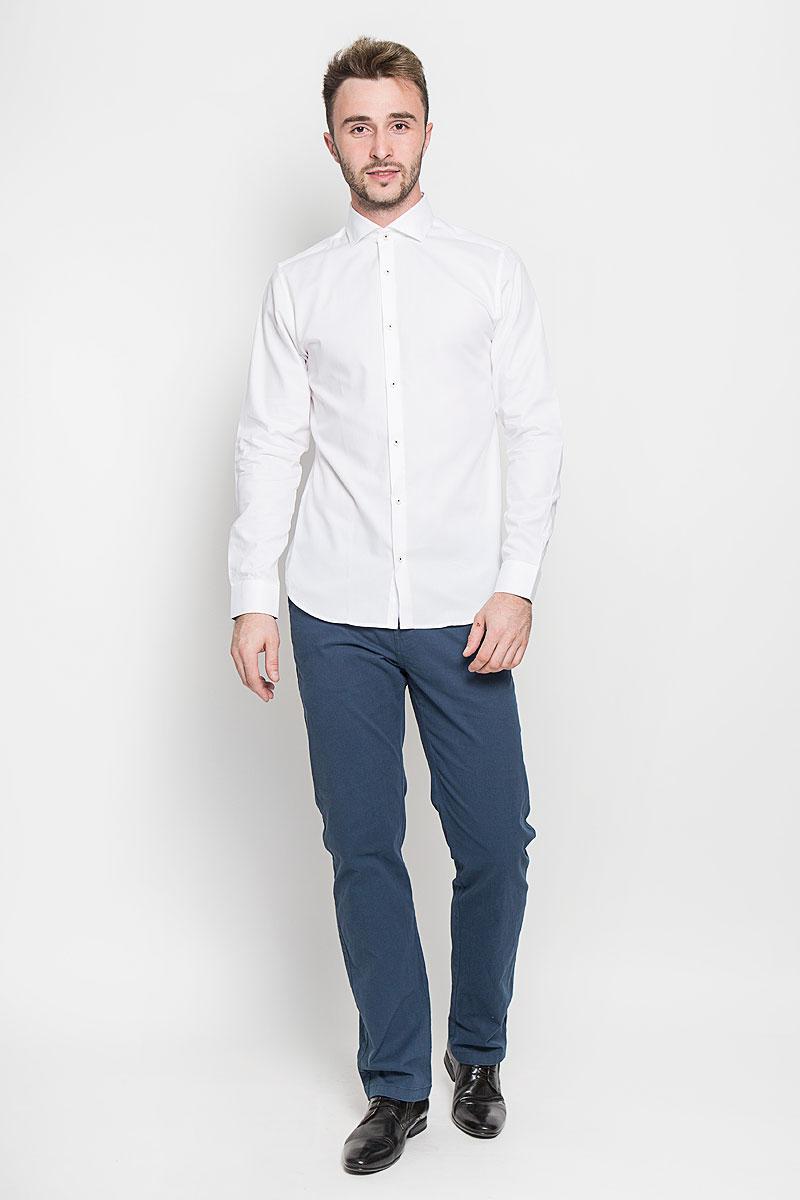 12108806_WhiteСтильная мужская рубашка Jack & Jones, выполненная из натурального хлопка, подчеркнет ваш уникальный стиль и поможет создать оригинальный образ. Такой материал великолепно пропускает воздух, обеспечивая необходимую вентиляцию, а также обладает высокой гигроскопичностью. Рубашка с длинными рукавами и отложным воротником застегивается на пуговицы спереди. Манжеты рукавов также застегиваются на пуговицы. Классическая рубашка приталенного силуэта - превосходный вариант для базового мужского гардероба и отличное решение на каждый день. Такая рубашка будет дарить вам комфорт в течение всего дня и послужит замечательным дополнением к вашему гардеробу.
