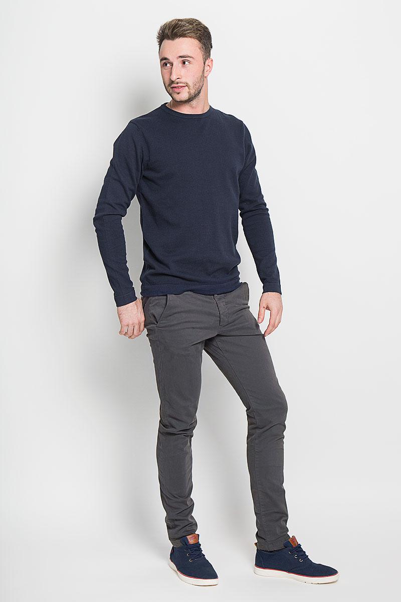 12111475_Dark GreyМужские брюки Jack & Jones, выполненные из натурального хлопка, идеально подойдут для повседневной носки. Материал изделия мягкий и приятный на ощупь, не сковывает движения и позволяет коже дышать. Брюки стандартные имеют ширинку на пуговицах, а также шлевки для ремня. Спереди предусмотрены два втачных кармана. Сзади расположены два прорезных кармана на пуговицах. Изделие оформлено в лаконичном стиле и сзади дополнено небольшой нашивкой с надписью бренда. Такая модель станет стильным дополнением к вашему гардеробу. Лаконичный дизайн и совершенство стиля подчеркнут вашу индивидуальность.