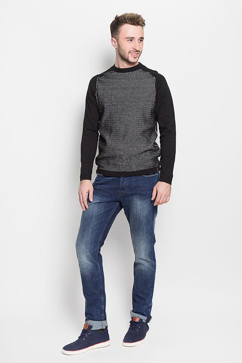 22004337_Medium Blue DenimМодные мужские джинсы Only & Sons - джинсы высочайшего качества на каждый день, которые прекрасно сидят. Модель прямого кроя и стандартной посадки изготовлена из эластичного хлопка. Застегиваются джинсы на пуговицы, также имеются шлевки для ремня. Спереди модель дополнена двумя втачными карманами и одним небольшим накладным кармашком, а сзади - двумя накладными карманами. Оформлено изделие эффектом потертости, металлическими клепками с логотипом бренда, контрастной прострочкой, перманентными складками и фирменной нашивкой на поясе. Эти стильные и в то же время комфортные джинсы послужат отличным дополнением к вашему гардеробу. В них вы всегда будете чувствовать себя уютно и комфортно.