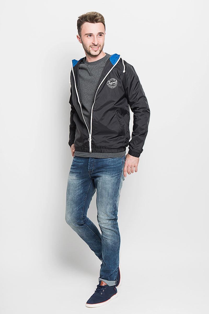 Ветровка12110113_Classic BlueСтильная мужская ветровка Jack & Jones отлично дополнит осенний гардероб. Модель с капюшоном застегивается на застежку-молнию. Капюшон регулируется в размере с помощью шнурка, который можно завязать. Манжеты и низ изделия выполнены из эластичной резинки. Модель дополнена двумя боковыми прорезными карманами и и одним потайным карманом на липучке внутри изделия. На груди модель дополнена фирменной надписью бренда. В этой ветровке вы будете чувствовать комфорт при любой погоде.