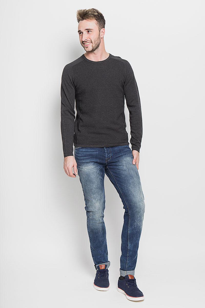 22003944_Medium Blue DenimМодные мужские джинсы Only & Sons - джинсы высочайшего качества на каждый день, которые прекрасно сидят. Модель зауженного к низу кроя и стандартной посадки изготовлена из эластичного хлопка. Застегиваются джинсы на пуговицы, также имеются шлевки для ремня. Спереди модель дополнена двумя втачными карманами и одним небольшим накладным кармашком, а сзади - двумя накладными карманами. Оформлено изделие эффектом потертости, металлическими клепками с логотипом бренда, контрастной прострочкой, перманентными складками и фирменной нашивкой на поясе. Эти стильные и в то же время комфортные джинсы послужат отличным дополнением к вашему гардеробу. В них вы всегда будете чувствовать себя уютно и комфортно.