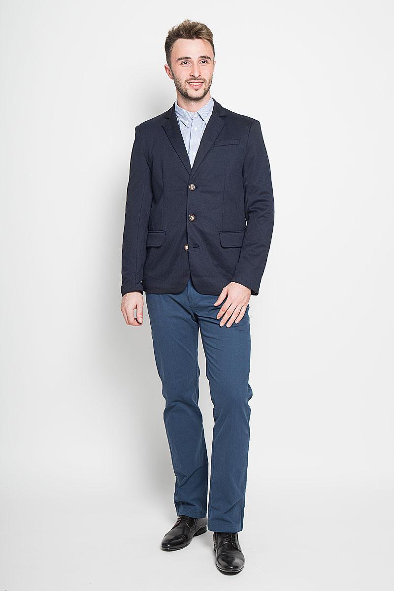 A16-21007_202Стильный мужской пиджак Finn Flare изготовлен из высококачественного материала, обеспечивающего комфорт и удобство при носке. Подкладка изделия выполнена из 100% полиэстера. Пиджак с длинными рукавами и отложным воротником с лацканами застегивается на три пуговицы. Модель оснащена прорезным карманом на груди и двумя прорезными карманами с клапанами в нижней части изделия. Внутри расположен один потайной-прорезной карман. На спинке предусмотрена шлица, расположенная в среднем шве. Низ рукавов декорирован пуговицами. Этот модный пиджак станет отличным дополнением к вашему гардеробу!
