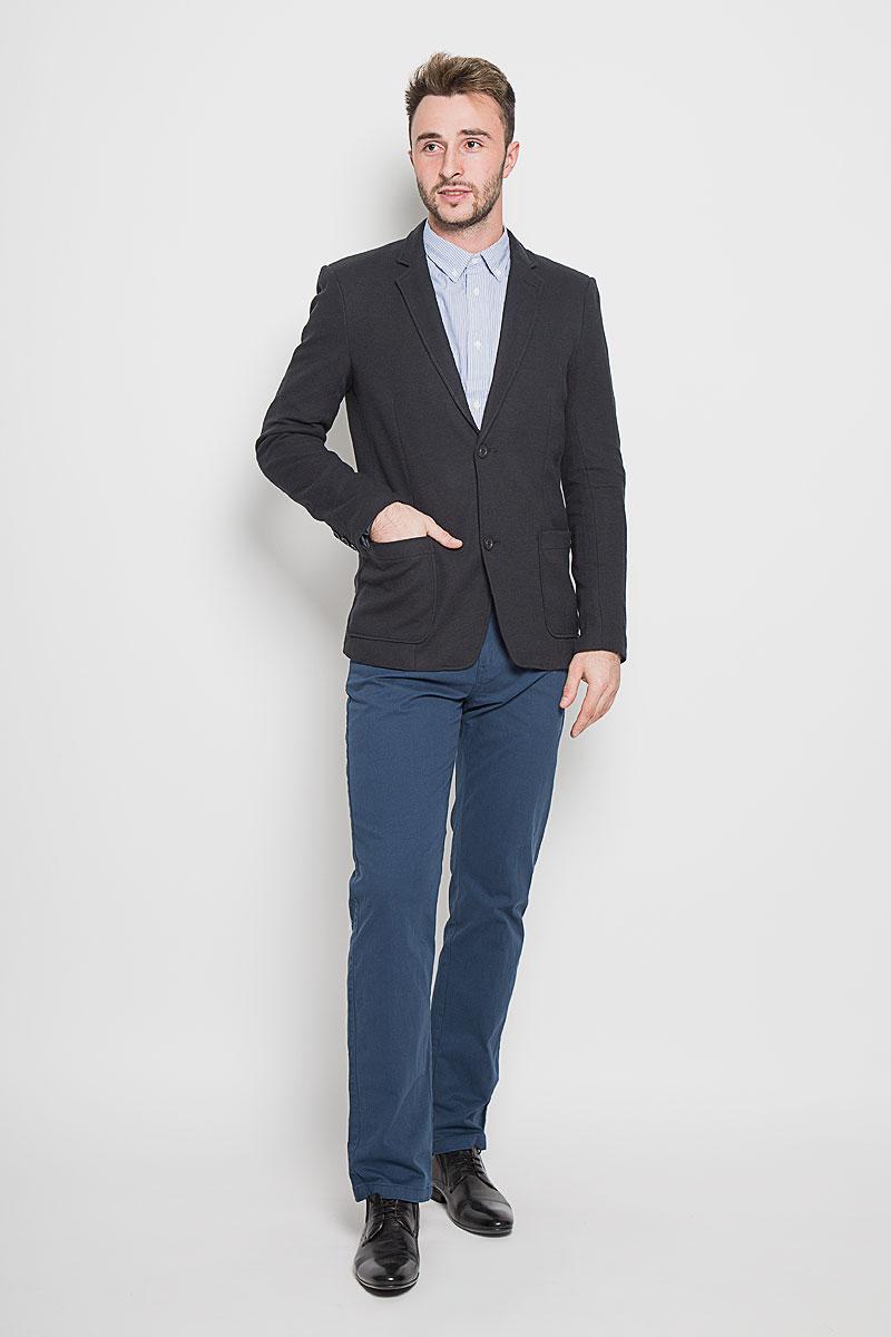 A16-42009_101Стильный мужской пиджак Finn Flare изготовлен из высококачественного материала, обеспечивающего комфорт и удобство при носке. Подкладка изделия выполнена из 100% полиэстера. Пиджак с длинными рукавами и отложным воротником с лацканами застегивается на три пуговицы. Модель оснащена двумя накладными карманами спереди, один из карманов дополнен небольшой металлической пластиной с названием бренда. Внутри расположен один потайной- прорезной карман. На спинке предусмотрена шлица, расположенная в среднем шве. Низ рукавов декорирован пуговицами. Этот модный пиджак станет отличным дополнением к вашему гардеробу!