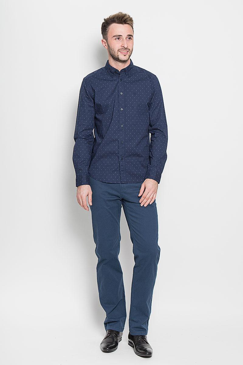 РубашкаW59241PRQСтильная мужская рубашка Wrangler, выполненная из 100% хлопка, подчеркнет ваш уникальный стиль и поможет создать оригинальный образ. Такой материал великолепно пропускает воздух, обеспечивая необходимую вентиляцию, а также обладает высокой гигроскопичностью. Рубашка с длинными рукавами и отложным воротником застегивается на пуговицы спереди. Рукава рубашки дополнены манжетами, которые также застегиваются на пуговицы. Модель оформлена в небольшую крапинку и на груди вышито название бренда. Классическая рубашка - превосходный вариант для базового мужского гардероба. Такая рубашка будет дарить вам комфорт в течение всего дня и послужит замечательным дополнением к вашему гардеробу
