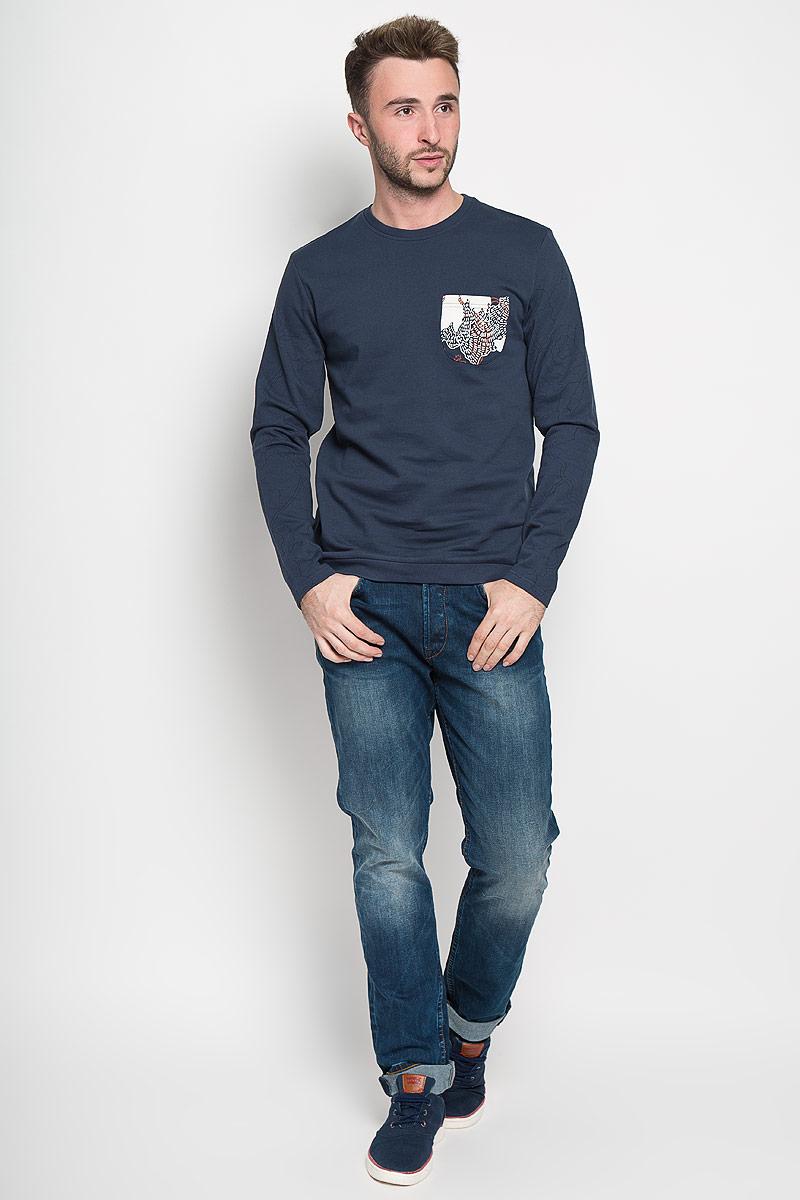 Свитшот22004509_Dress BluesСтильный мужской свитшот Only & Sons, изготовленный из высококачественного хлопка, мягкий и приятный на ощупь, не сковывает движений и обеспечивает наибольший комфорт. Такой свитшот великолепно пропускает воздух, позволяя коже дышать, и обладает высокой гигроскопичностью. Модель свободного кроя с круглым вырезом горловины и длинными рукавами оформлена брендовой нашивкой снизу. Воротник и низ изделия оформлены трикотажными резинками. На груди свитшот дополнен накладным карманом. Этот свитшот - настоящее воплощение комфорта, он послужит отличным дополнением к вашему гардеробу. В нем вы будете чувствовать себя уютно в прохладное время года.