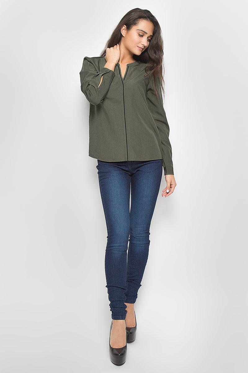 Блузка2032223.00.75_7516Стильная женская блуза Tom Tailor Contemporary, выполненная из вискозы с добавлением полиэстера, подчеркнет ваш уникальный стиль и поможет создать оригинальный женственный образ. Блузка с длинными рукавами и V-образным вырезом горловины имеет свободный крой. Манжеты рукавов застегиваются на пуговицы. Блузка оформлена контрастной бейкой спереди и на плечах. Такая блузка идеально подойдет для жарких летних дней. Эта блузка будет дарить вам комфорт в течение всего дня и послужит замечательным дополнением к вашему гардеробу.