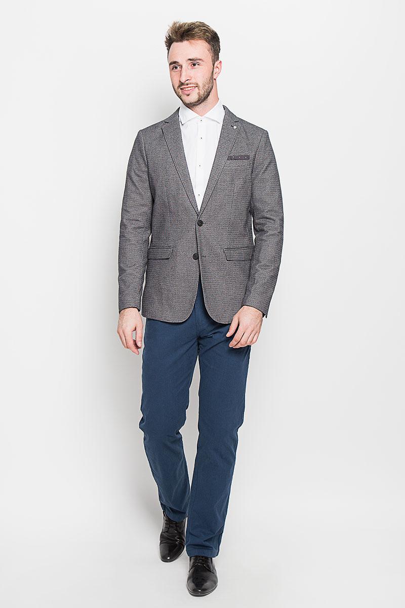 Пиджак16051939_Gray VioletКлассический мужской пиджак Selected Homme изготовлен из высококачественного эластичного хлопка, благодаря чему он приятен на ощупь и обеспечит вам комфорт и удобство при носке. Подкладка пиджака выполнена из полиэстера с добавлением хлопка. Пиджак с воротником с лацканами и длинными рукавами застегивается на две пуговицы. Манжеты рукавов также дополнены декоративными пуговицами. Пиджак имеет два втачных кармана с клапанами и нагрудный кармашек спереди, а также внутренний втачной карман на пуговицах. Этот модный и в то же время комфортный пиджак - отличный вариант как для офиса, так и для повседневной носки. Благодаря классическому фасону такой пиджак будет прекрасно сочетаться с любыми нарядами.