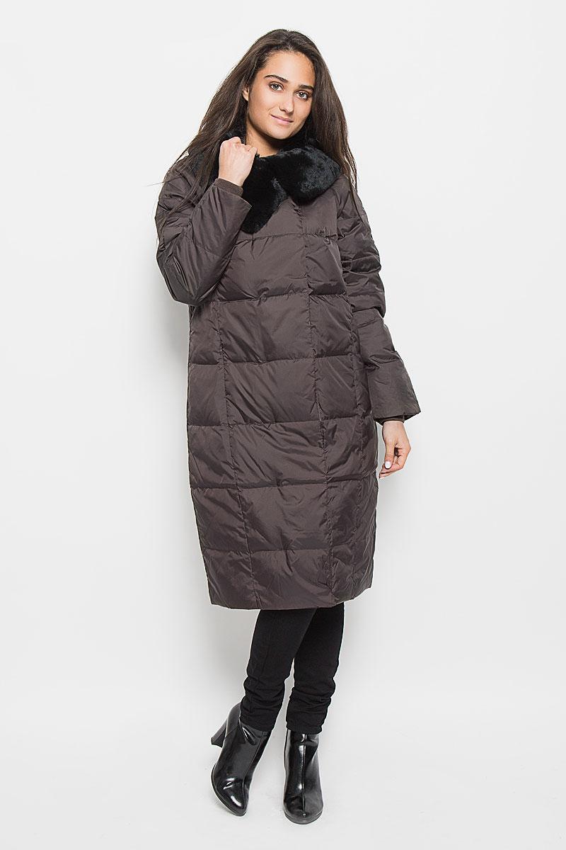 Ced-126/654-6414Удобное и теплое женское пальто Sela Casual Wear с наполнителем из пуха и пера согреет вас в холодную погоду и позволит выделиться из толпы. Удлиненная модель с воротником-стойкой выполнена из высококачественного материала, застегивается на молнию спереди и имеет ветрозащитный клапан на кнопках. Воротник дополнен съемным натуральным мехом кролика. Пальто дополнено двумя втачными карманами на потайных застежках-молниях, с внутренней стороны имеется один карман на молнии. Длинные рукава-реглан дополнены трикотажными манжетами, что предотвращает проникновение холодного воздуха. Это модное и комфортное пальто - отличный вариант для прогулок, оно подчеркнет ваш изысканный вкус и поможет создать неповторимый образ.