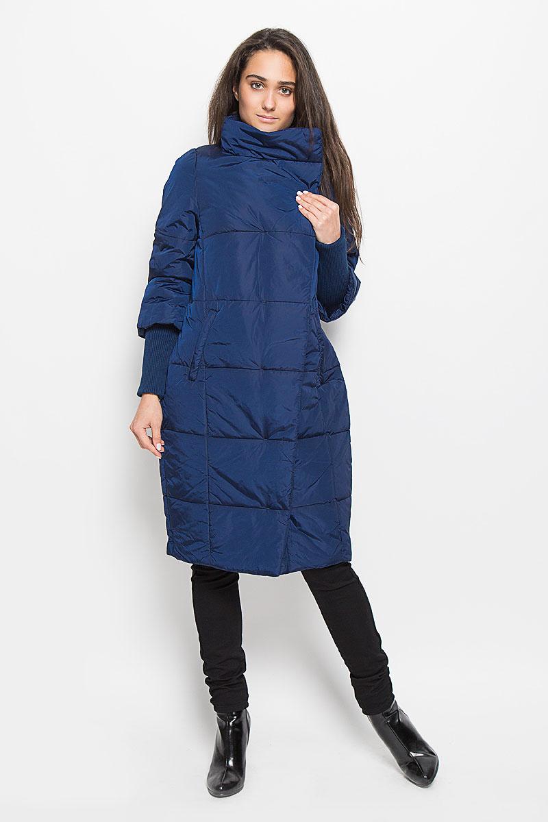 Cep-126/669-6313Удобное и теплое женское пальто Sela Casual Wear с наполнителем из полиэстера согреет вас в холодную погоду и позволит выделиться из толпы. Удлиненная модель с воротником-стойкой выполнена из водоотталкивающего и ветронепроницаемого нейлона, застегивается на молнию спереди и имеет ветрозащитный клапан на кнопках. Изделие дополнено двумя втачными карманами на молниях. Рукава 3/4 с длинными трикотажными манжетами, что придает эффект 2 в 1. Это модное и комфортное пальто - отличный вариант для прогулок, оно подчеркнет ваш изысканный вкус и поможет создать неповторимый образ.