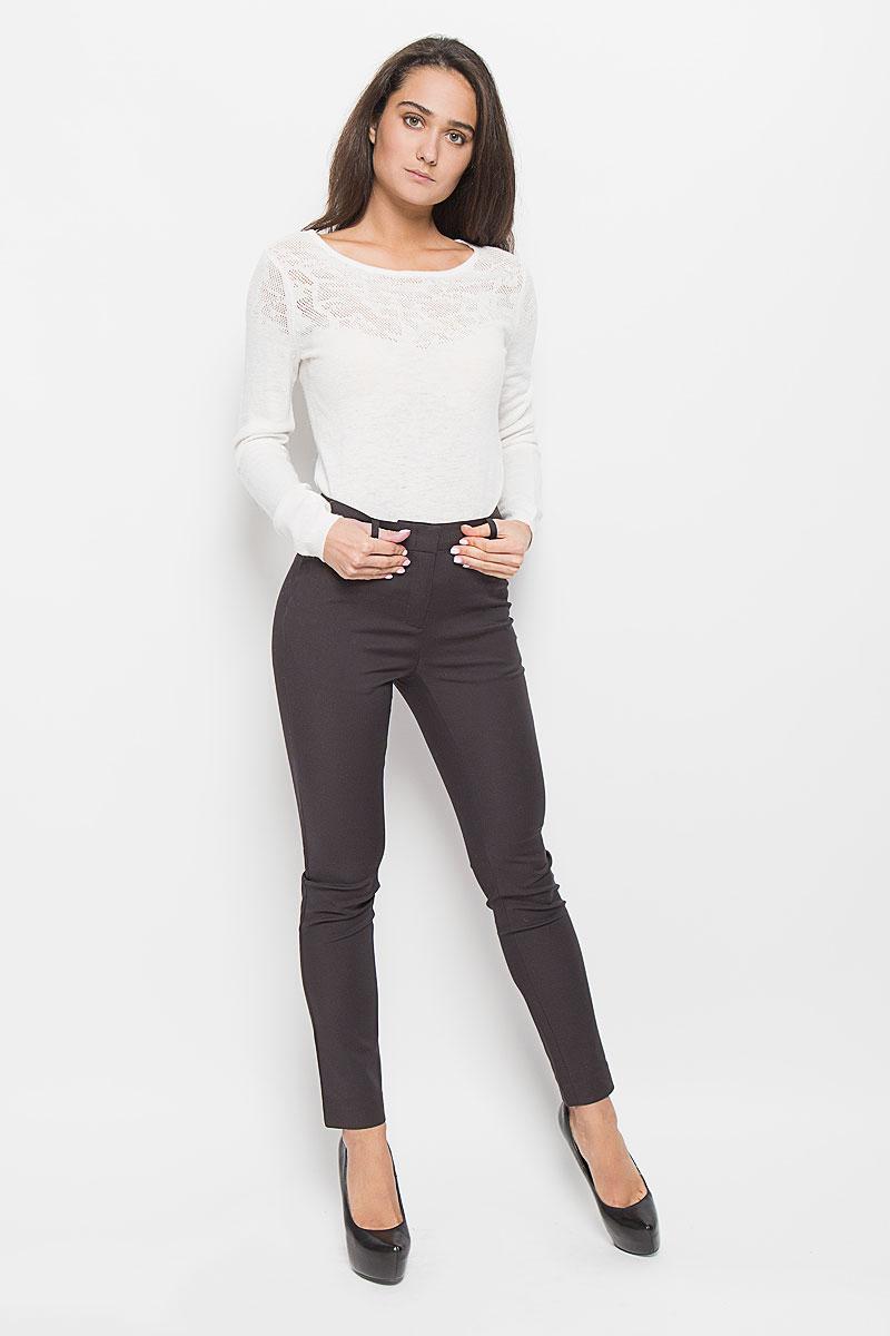 БрюкиP-115/778-6373Стильные женские брюки Sela созданы специально для того, чтобы подчеркивать достоинства вашей фигуры. Модель зауженного к низу кроя и средней посадки станет отличным дополнением к вашему современному образу. Брюки застегиваются на крючки и пуговицу в поясе и ширинку на застежке-молнии, имеются шлевки для ремня. Спереди модель дополнена двумя втачными карманами, а сзади - имитациями прорезных карманов. Эти модные и в тоже время комфортные брюки послужат отличным дополнением к вашему гардеробу.