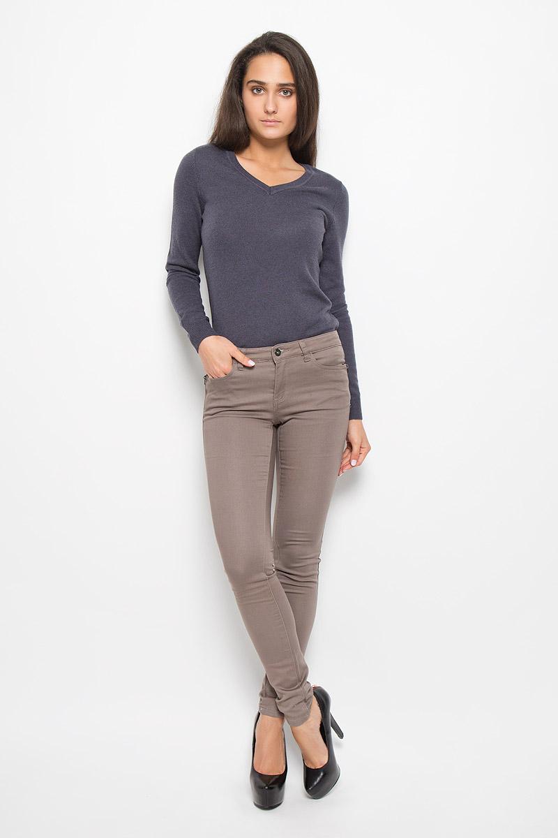 БрюкиP-315/782-6313Стильные женские брюки Sela станут отличным дополнением к вашему современному образу. Модель зауженного кроя выполнена из эластичного хлопка с добавлением полиэстера. Застегиваются брюки на металлическую пуговицу в поясе и ширинку на застежке-молнии, имеются шлевки для ремня. Спереди модель дополнена двумя втачными карманами и маленьким накладным кармашком, а сзади - двумя накладными карманами. Спереди модель оформлена имитацией карманов на молниях. В этих брюках вы всегда будете чувствовать себя уютно и комфортно.