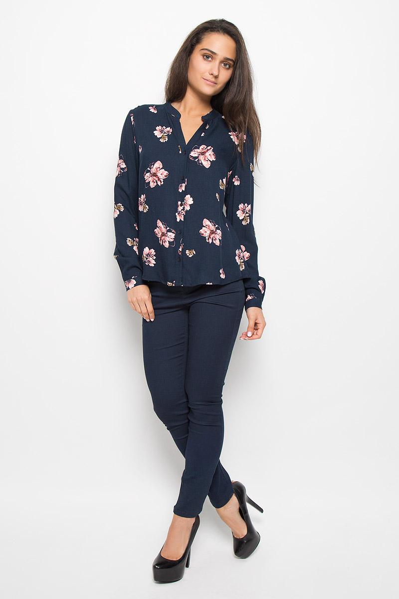 БлузкаB-112/256-6333Стильная женская блузка Sela Casual, выполненная из 100% вискозы, подчеркнет ваш уникальный стиль и поможет создать женственный образ. Модель c V-образным вырезом горловины и длинными рукавами застегивается на пуговицы по всей длине. Низ рукавов обработан манжетами на пуговицах. Блуза оформлена ярким цветочным принтом. Такая блузка будет дарить вам комфорт в течение всего дня и послужит замечательным дополнением к вашему гардеробу.