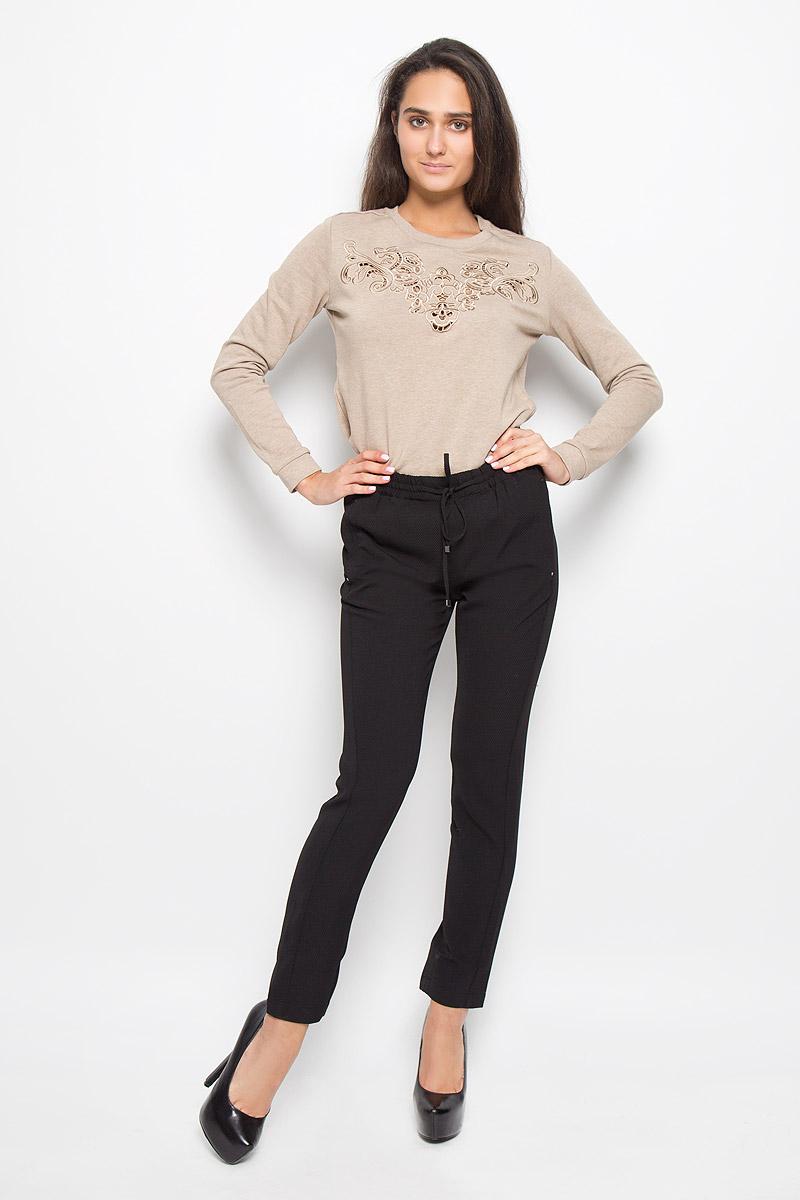 P-115/067-6343Стильные женские брюки Sela, выполненные из мягкого и эластичного материала, отлично подойдут на каждый день. Модель, стандартной посадки и слегка зауженного кроя, на поясе оснащена эластичной резинкой со шнурком. Спереди брюки дополнены двумя втачными карманами, а сзади одним втачным карманом. Эти модные и в тоже время комфортные брюки послужат отличным дополнением к вашему гардеробу.