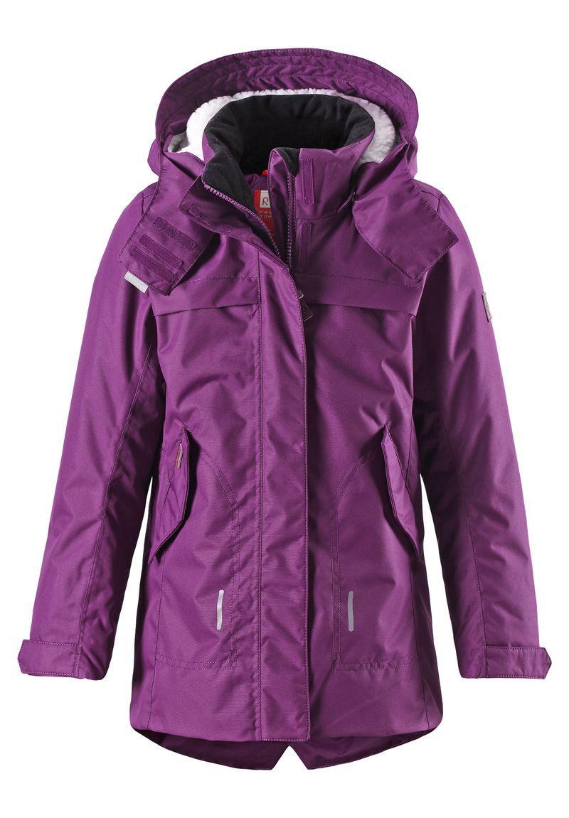 531226-4900Стильная зимняя куртка должна быть у всех модных любителей прогулок! Удлиненная модель прямого покроя отличается яркой расцветкой и создает восхитительный зимний образ! Куртка пошита из ветронепроницаемого дышащего материала, который отталкивает воду и грязь, поэтому она идеально подходит для любых уличных развлечений. Съемный капюшон не только защищает от холодного ветра, но и безопасен во время игр на свежем воздухе. Если закрепленный кнопками капюшон зацепится за что-нибудь, он легко отстегнется. Чтобы куртка больше прилегала по фигуре, ее можно отрегулировать на талии, а фасонный, более длинный задний подол обеспечивает дополнительную защиту. Традиционная и функциональная — отлично подходит для улицы! Водонепроницаемость: Waterpillar over 10 000 mm.