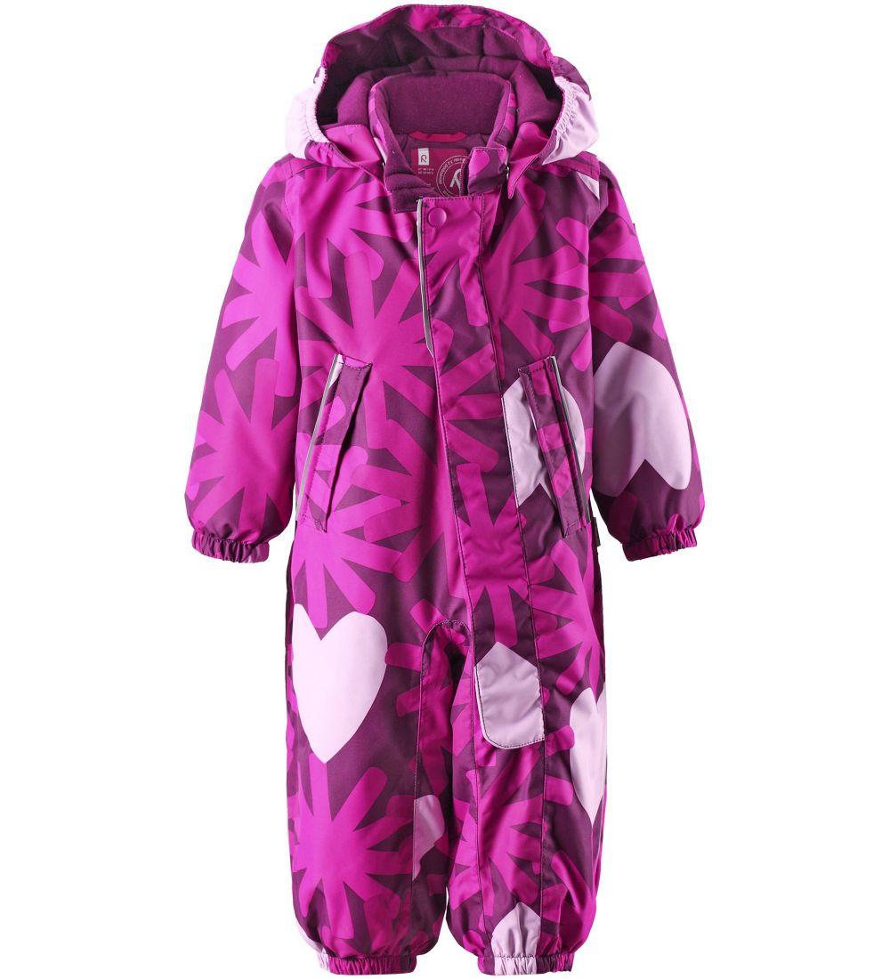 510226-4901Модный детский комбинезон Reima Misteli идеально подойдет для ребенка в холодное время года. Комбинезон изготовлен из водоотталкивающей и ветрозащитной мембранной ткани. Материал отличается высокой устойчивостью к трению. Благодаря специальной обработке полиуретаном поверхность изделия отталкивает грязь и воду, что облегчает поддержание аккуратного вида одежды. Дышащее покрытие с изнаночной части не раздражает даже самую нежную и чувствительную кожу ребенка, обеспечивая ему наибольший комфорт. Все швы проклеены. Комбинезон с воротником-стойкой и съемным капюшоном застегивается на длинную застежку-молнию и дополнительно имеет внешний ветрозащитный клапан на липучках и кнопке. Капюшон, присборенный по бокам, пристегивается к комбинезону при помощи кнопок. Края рукавов присборены на неширокую эластичную резинку. Снизу брючин предусмотрены регулируемые съемные штрипки, одевающиеся на ступню и не дающие комбинезону ползти вверх. Мягкая подкладка на воротнике, ...
