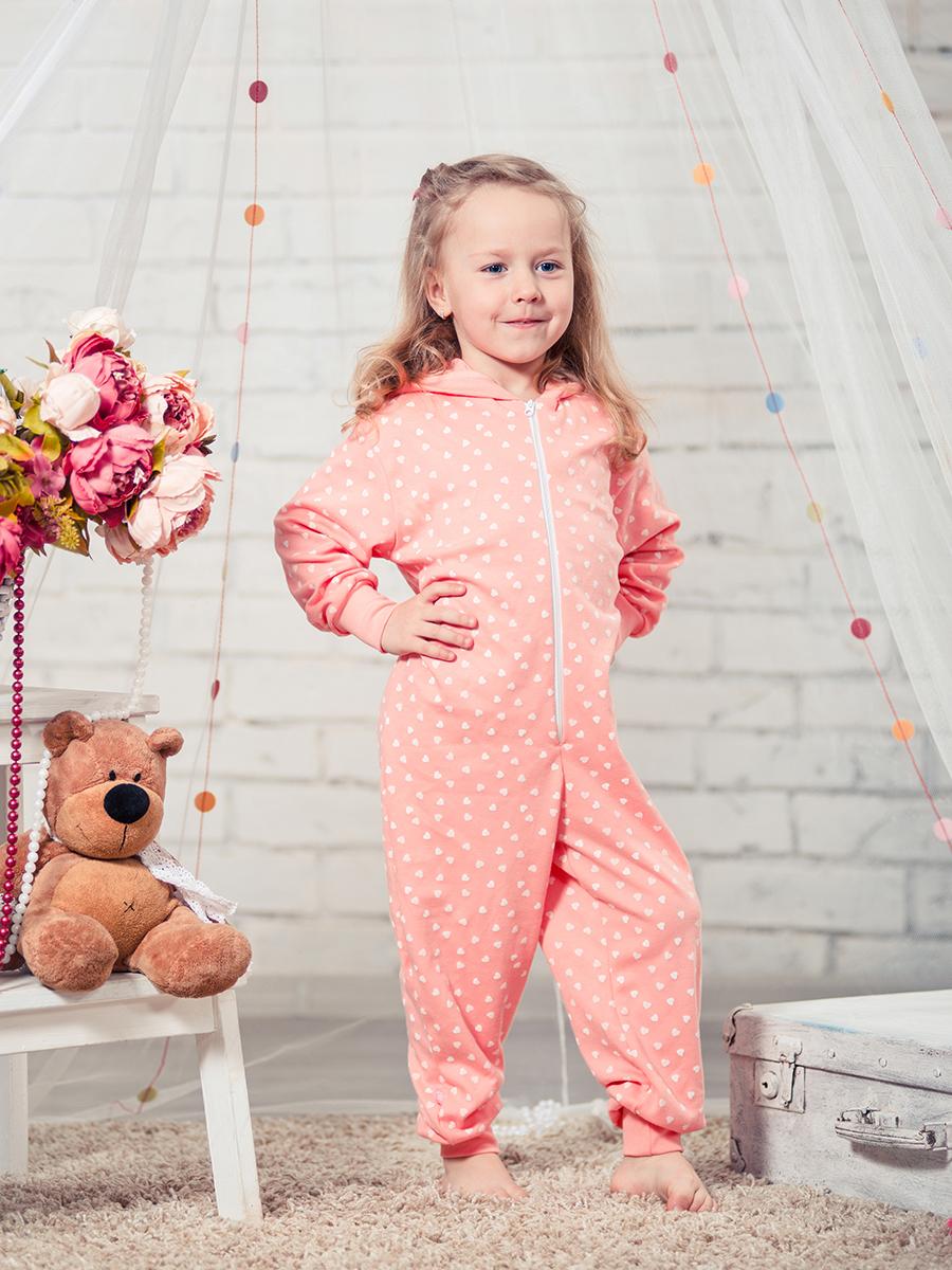 Пижама16952Удобная пижама-комбинезон для девочки КотМарКот Сердечко, выполненная из натурального хлопка, она очень мягкаяна ощупь, не раздражает даже самую нежную и чувствительную кожу ребенка. Пижама с длинными рукавами и капюшоном имеет застежку-молнию спереди. Кромка капюшона, манжеты и низ брючин выполнены из трикотажной резинки. Оформлена модель стильным принтом с сердечками.