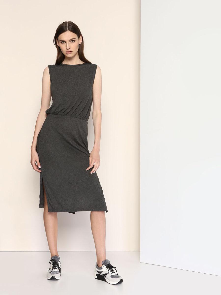 DSU0062CAСтильное трикотажное платье Drywash выполнено из вискозы и полиэстера с добавлением эластана. Платье-миди с круглым вырезом горловины и без рукавов в талии присборено на резинку. Нижняя часть модели по боковым швам дополнена разрезами. На спинке платье оформлено V-образным вырезом.