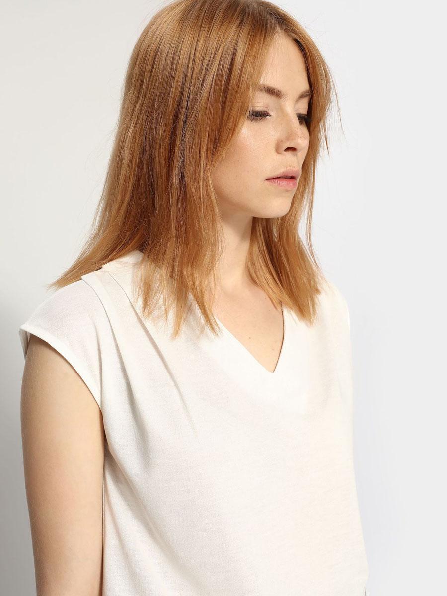 БлузкаSBW0276BIСтильная женская блузка, выполненная из полиэстера и вискозы, отлично дополнит ваш гардероб. Модель без рукавов с V-образным вырезом горловины.