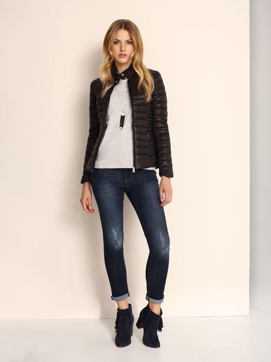SKU0693CAСтильная женская куртка Top Secret изготовлена из полиамида. В качестве утеплителя используется синтепон. Модель с воротником-стойкой застегивается на застежку-молнию. Воротник оснащен застежками-кнопками. Спереди расположены два прорезных кармана на застежках-молниях.