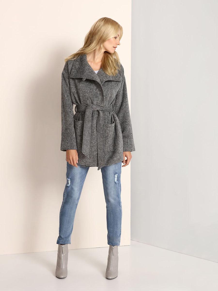 SKU0696SZСтильное женское пальто Top Secret выполнено из полиэстера с добавлением акрила, целлюлозы и шерсти. Пальто с воротником-стойкой застегивается на пуговицу и скрытые кнопки. Модель дополнена поясом, спереди - двумя накладными карманами.