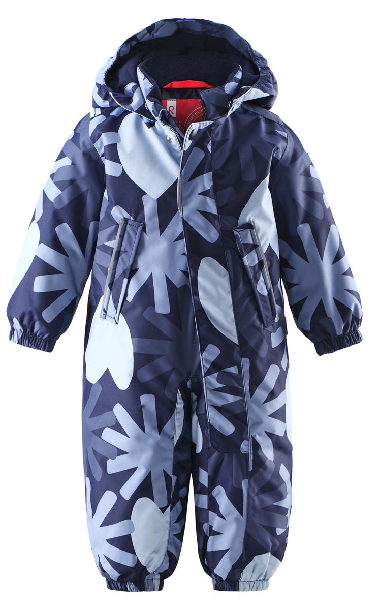 Комбинезон утепленный510226-4901Модный детский комбинезон Reima Misteli идеально подойдет для ребенка в холодное время года. Комбинезон изготовлен из водоотталкивающей и ветрозащитной мембранной ткани. Материал отличается высокой устойчивостью к трению. Благодаря специальной обработке полиуретаном поверхность изделия отталкивает грязь и воду, что облегчает поддержание аккуратного вида одежды. Дышащее покрытие с изнаночной части не раздражает даже самую нежную и чувствительную кожу ребенка, обеспечивая ему наибольший комфорт. Все швы проклеены. Комбинезон с воротником-стойкой и съемным капюшоном застегивается на длинную застежку-молнию и дополнительно имеет внешний ветрозащитный клапан на липучках и кнопке. Капюшон, присборенный по бокам, пристегивается к комбинезону при помощи кнопок. Края рукавов присборены на неширокую эластичную резинку. Снизу брючин предусмотрены регулируемые съемные штрипки, одевающиеся на ступню и не дающие комбинезону ползти вверх. Мягкая подкладка на воротнике, ...
