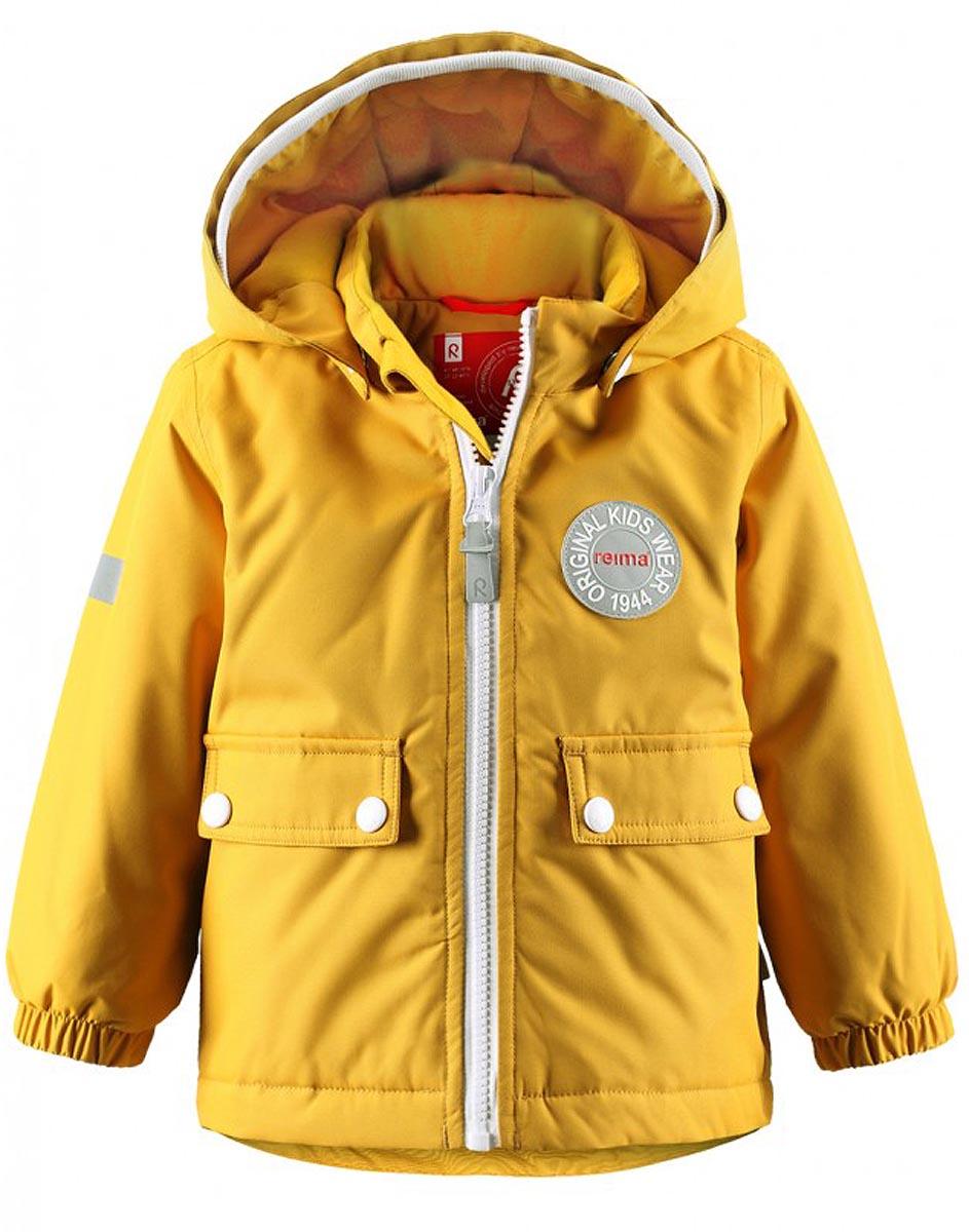 Куртка511211-2500В зимней куртке с рисунком, посвященным юбилею Reima, дождь не страшен – все основные швы проклеены, водонепроницаемы. Куртка идеально подойдет для ранних весенних и поздних осенних дней. Куртка с гладкой стеганой подкладкой легко надевается на теплый промежуточный слой – маленьким покорителям погоды в ней будет тепло весь день. Большие карманы с клапанами и светоотражающие детали выполнены в ретро-стиле 70-х.