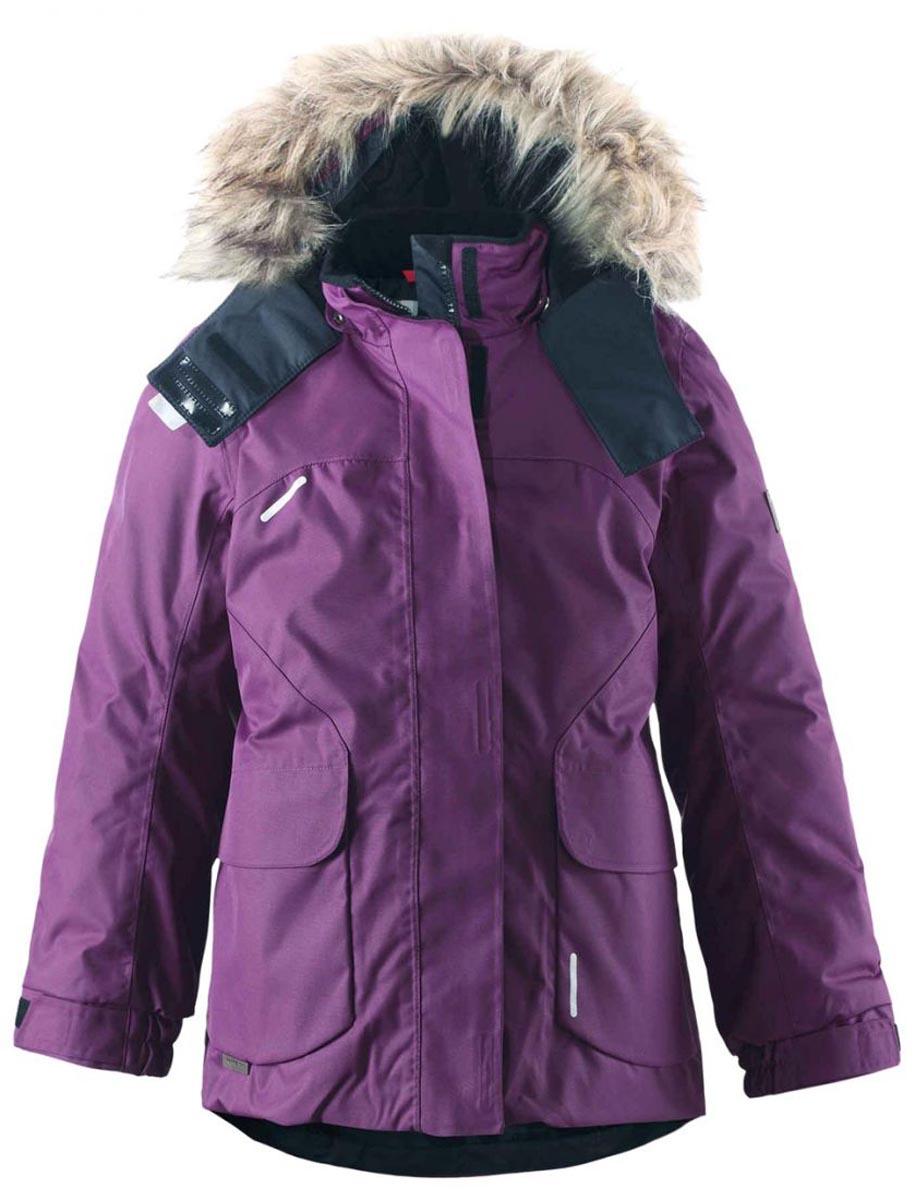 Куртка531234-2500Этой элегантной зимней куртке для детей в классическом стиле не страшны ни время, ни изнашивание! Куртка сшита из водо- и ветронепроницаемого материала, великолепно подойдет для любых видов зимних развлечений. Все швы проклеены для обеспечения водонепроницаемости, чтобы ребенок оставался сухим и не замерз во время длинной прогулки на свежем воздухе. Ткань пропускает воздух, поэтому ребенок не вспотеет, даже если будет двигаться очень быстро. Удлиненный, прилегающий силуэт сочетается с фиксированной утяжкой сзади и регулируемыми манжетами. Съемный капюшон дополнен стильным искусственным мехом, который при желании можно отстегнуть. Защитный капюшон не представляет опасности во время игры на улице, потому что легко отстегивается, если за что-нибудь зацепится. Развлекаясь на улице, самые ценные маленькие вещицы можно спрятать в два кармана с клапанами. Эта куртка не требует особого ухода. Можно сушить в центрифуге. Водонепроницаемость: Waterpillar over 15 000 mm.